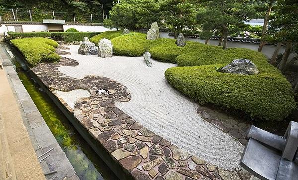Sân vườn Nhật Bản thường cân bằng các yếu tố Đá, nước, thực vật và đồ trang trí