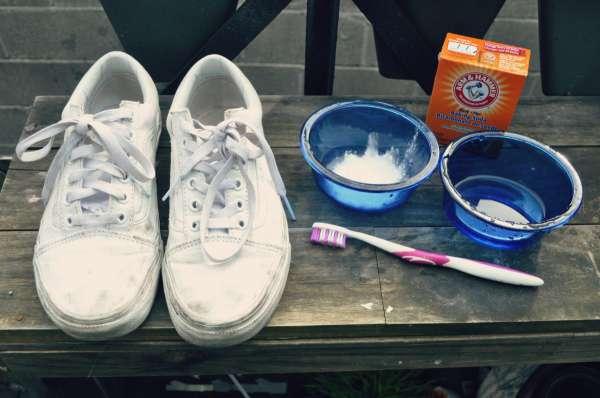 Dùng bột nở để loại bỏ các vết ố vàng trên giày trắng
