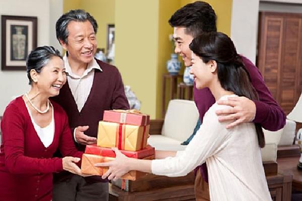 Tặng quà sinh nhật cho người lớn tuổi là việc mà mỗi chúng ta đều nên làm