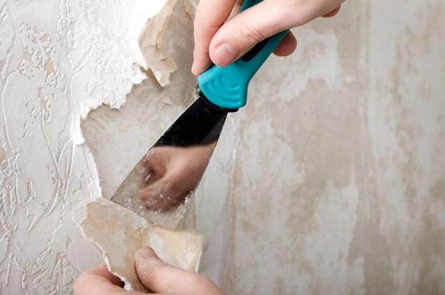 Bóc giấy dán tường cũ đã xuống cấp