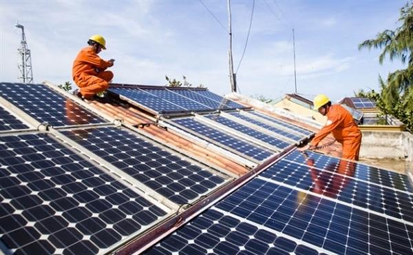 Vệ sinh tấm pin năng lượng mặt trời bằng các vật dụng mịn