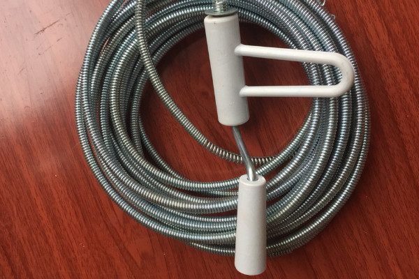 Cách xử lý bồn cầu bị nghẹt tại nhà bằng dây lò xo