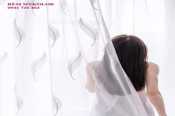 Hút bụi thường xuyên tránh để bụi bẩn bám rèm quá lâu